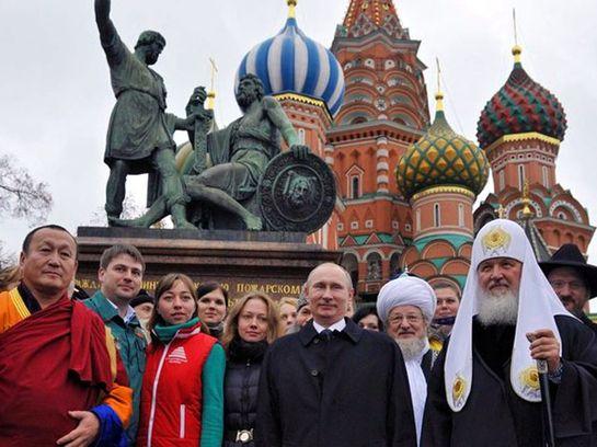 По традиции в День народного единства Владимир Путин возлагает цветы к памятнику Минину и Пожарскому