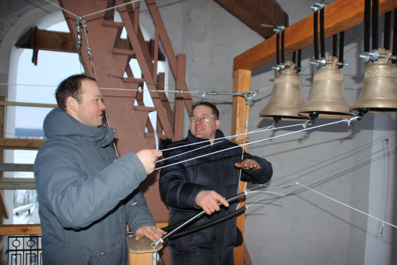 Юрий Карпов (справа) охотно делится своим опытом и знаниями по звонарному делу с Виталием Савелюком.