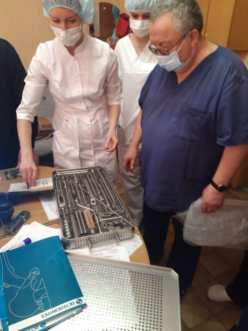 Кыштымский бизнесмен подарил хирургам городской больницы медицинские инструменты