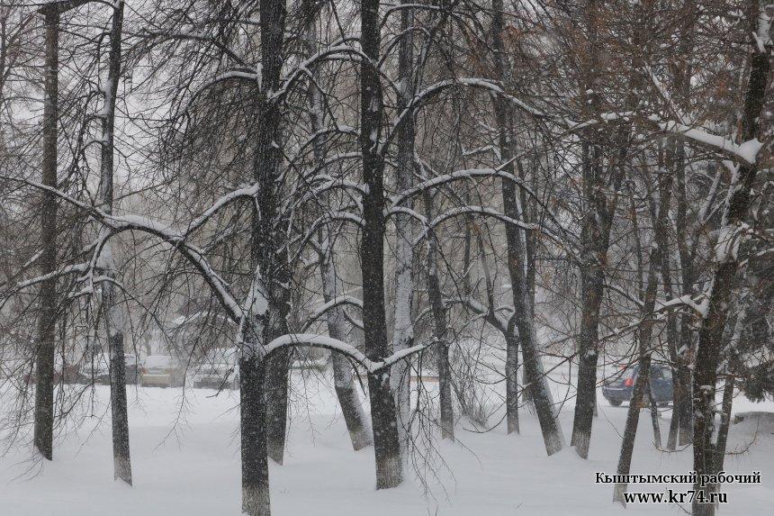 В Кыштыме спецтехника вышла на борьбу со снегопадом