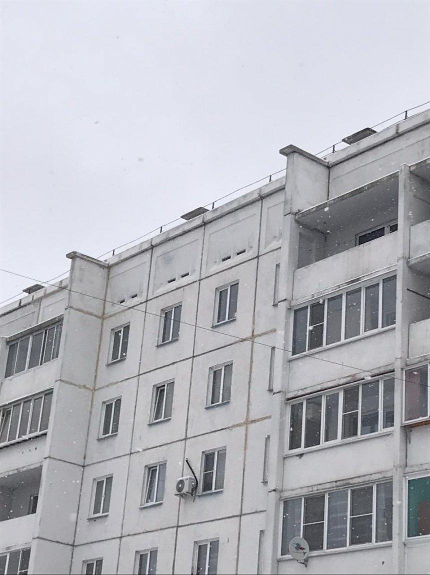 В Кыштыме  очищают от снега крыши зданий