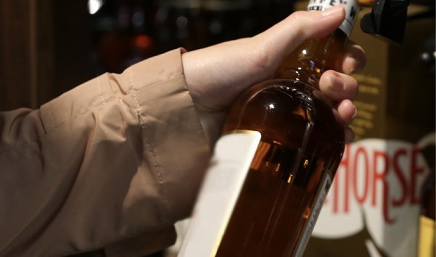 Жительница Кыштыма воровала алкоголь на своей же работе