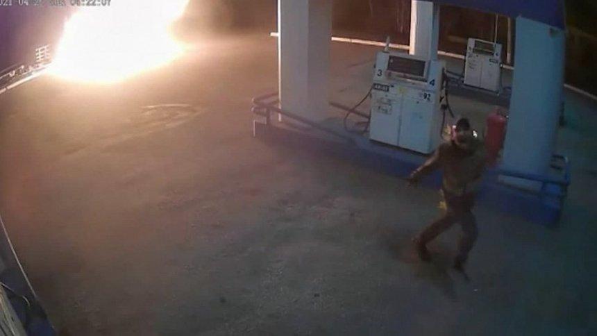 В Кыштыме спасатели успели вынести более десятка газовых баллонов во время пожара на АЗС