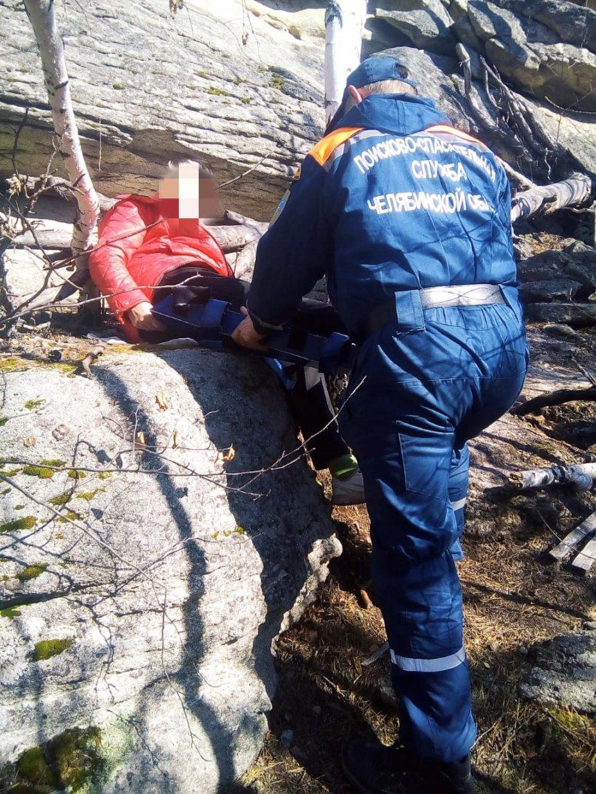 Кыштымские спасатели эвакуировали пенсионерку со склона горы в Каслинском районе