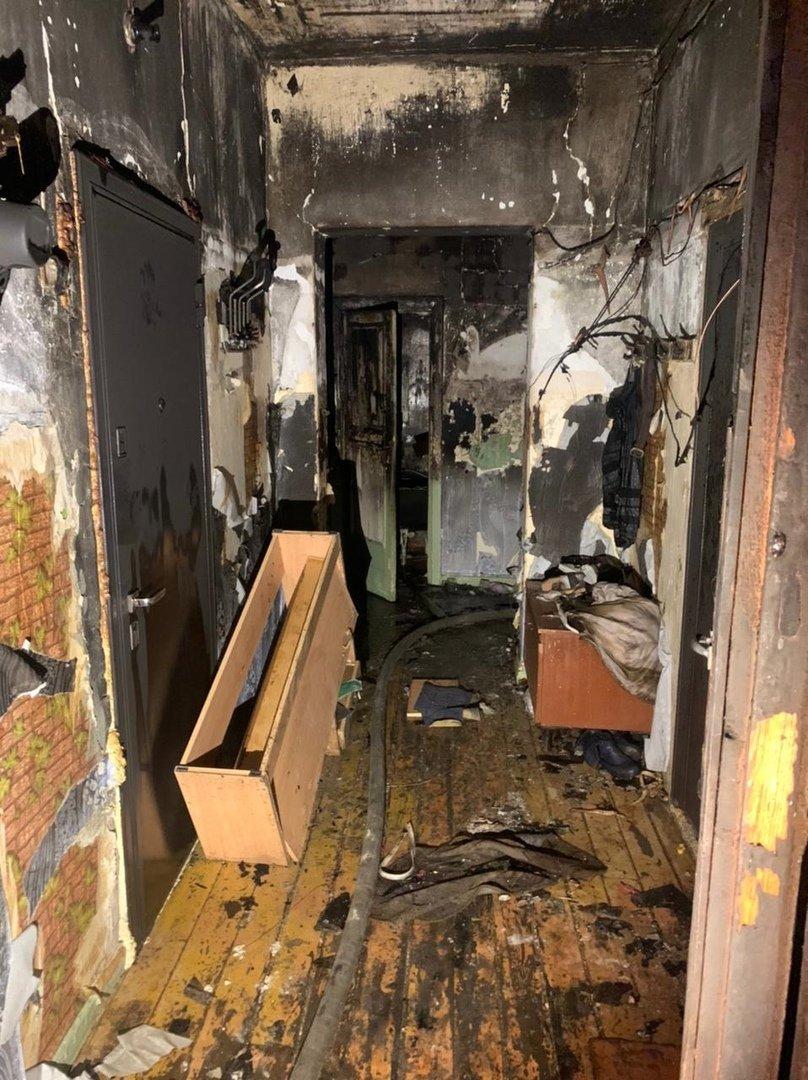 В Кыштыме из-за пожара в многоквартирном доме затопило магазин «Красное и белое»