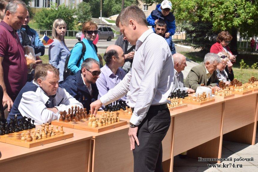 В Кыштыме в День города гроссмейстер Александр Гутенёв проведёт сеанс одновременной игры в шахматы