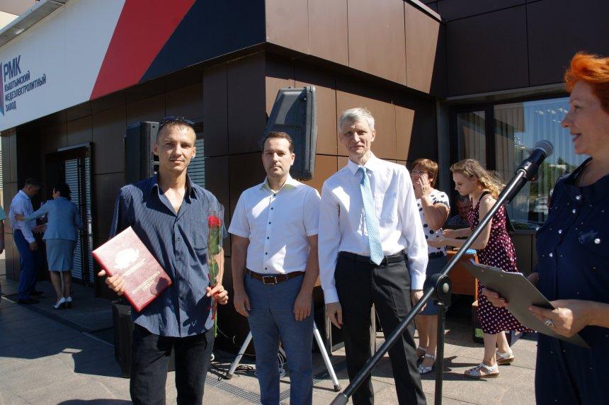 Русская медная компания поможет в приобретении жилья для работника КМЭЗ, чья семья осталась без крыши над головой из-за пожара